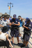 Ανώτεροι υπάλληλοι NYPD που γράφουν το εισιτήριο για την οινόπνευμα-σχετική με τον παράβαση στο θαλάσσιο περίπατο Coney Island στ στοκ εικόνες με δικαίωμα ελεύθερης χρήσης