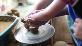 Ανώτερος αγγειοπλάστης που διδάσκει στο ευτυχές μικρό κορίτσι την τέχνη της αγγειοπλαστικής φιλμ μικρού μήκους