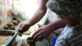 Ανώτερος αγγειοπλάστης που διδάσκει στο ευτυχές μικρό παιδί την τέχνη της αγγειοπλαστικής φιλμ μικρού μήκους