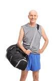 Ανώτερος αθλητής που φέρνει μια μαύρη αθλητική τσάντα Στοκ φωτογραφία με δικαίωμα ελεύθερης χρήσης