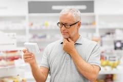 Ανώτερος αρσενικός πελάτης με το φάρμακο στο φαρμακείο στοκ φωτογραφίες με δικαίωμα ελεύθερης χρήσης