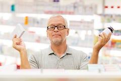 Ανώτερος αρσενικός πελάτης που επιλέγει τα φάρμακα στο φαρμακείο Στοκ φωτογραφία με δικαίωμα ελεύθερης χρήσης