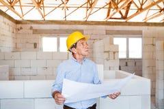 Ανώτερος αρχιτέκτονας ή πολιτικός μηχανικός στο εργοτάξιο οικοδομής Στοκ Εικόνα