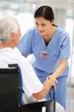 Ανώτερος ασθενής με το νέο γιατρό Στοκ φωτογραφία με δικαίωμα ελεύθερης χρήσης