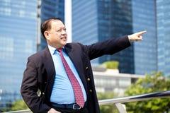 Ανώτερος ασιατικός επιχειρηματίας που χαμογελά και που δείχνει το πορτρέτο Στοκ φωτογραφία με δικαίωμα ελεύθερης χρήσης