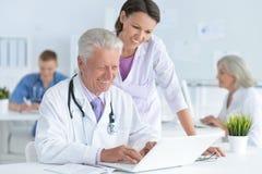 Ανώτερος γιατρός με έναν θηλυκό ασθενή Στοκ Εικόνα