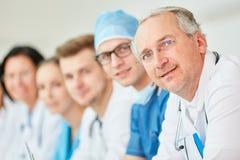 Ανώτερος γιατρός με την εμπειρία στοκ εικόνες