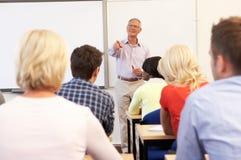 ανώτερος δάσκαλος διδασκαλίας κλάσης στοκ φωτογραφίες με δικαίωμα ελεύθερης χρήσης