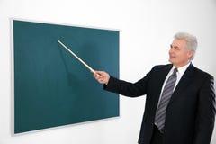 Ανώτερος δάσκαλος με το μόνιμο πίνακα δεικτών Στοκ φωτογραφίες με δικαίωμα ελεύθερης χρήσης