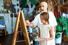 Ανώτερος δάσκαλος τέχνης στο σχολείο Στοκ εικόνα με δικαίωμα ελεύθερης χρήσης