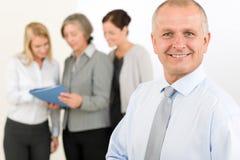 Ανώτερος διευθυντής επιχειρησιακών ομάδων με τους ευτυχείς συναδέλφους στοκ φωτογραφίες