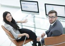 Ανώτερος διευθυντής και βοηθητική συνεδρίαση στο γραφείο Στοκ εικόνες με δικαίωμα ελεύθερης χρήσης