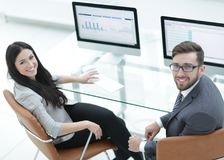 Ανώτερος διευθυντής και βοηθητική συνεδρίαση στο γραφείο Στοκ Εικόνα