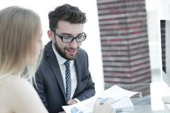 Ανώτερος διευθυντής και υπάλληλος που συζητούν τα οικονομικά έγγραφα Στοκ εικόνα με δικαίωμα ελεύθερης χρήσης