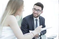 Ανώτερος διευθυντής και υπάλληλος που συζητούν τα οικονομικά έγγραφα Στοκ Εικόνα