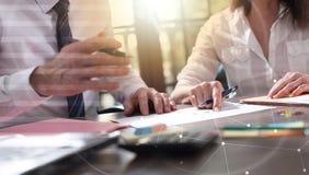 Ανώτερος διευθυντής που εργάζεται με την εκτελεστική βοηθητική, διπλή έκθεση, ελαφριά επίδραση Στοκ εικόνα με δικαίωμα ελεύθερης χρήσης