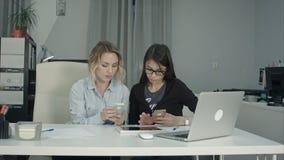 Ανώτερος διευθυντής που παρουσιάζει νέο οικότροφο στα γυαλιά πώς να χρησιμοποιήσει κινητό app Στοκ φωτογραφία με δικαίωμα ελεύθερης χρήσης
