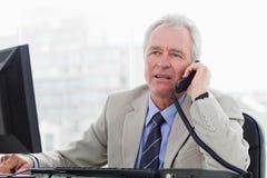 Ανώτερος διευθυντής στο τηλέφωνο Στοκ φωτογραφία με δικαίωμα ελεύθερης χρήσης