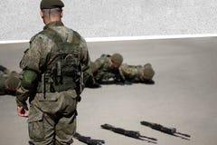 Ανώτερος εκπαιδευτικός τρυπανιών Ο λοχίας pushups με το απόσπασμά του κατά τη διάρκεια της βασικής κατάρτισης αγώνα στοκ εικόνες με δικαίωμα ελεύθερης χρήσης