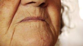 Ανώτερος επάνω δερμάτων στοματικών ρυτίδων χαμόγελου ηλικιωμένων γυναικών στενός απόθεμα βίντεο