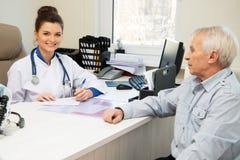 Ανώτερος επισκεπτόμενος γιατρός ατόμων στοκ εικόνες με δικαίωμα ελεύθερης χρήσης