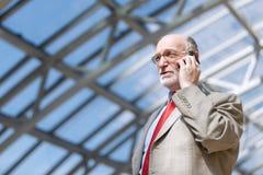Ανώτερος επιχειρηματίας με το τηλέφωνο Στοκ εικόνα με δικαίωμα ελεύθερης χρήσης