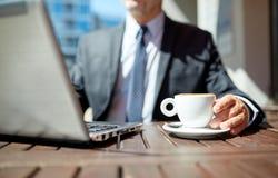 Ανώτερος επιχειρηματίας με το lap-top και τον καφέ υπαίθρια Στοκ φωτογραφία με δικαίωμα ελεύθερης χρήσης