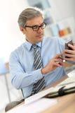 Ανώτερος επιχειρηματίας με το smartphone Στοκ Φωτογραφίες