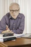 Ανώτερος επιχειρηματίας που εξηγεί στο γραφείο του Στοκ φωτογραφίες με δικαίωμα ελεύθερης χρήσης
