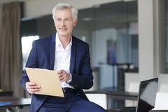 Ανώτερος επιχειρηματίας που εργάζεται στο γραφείο Στοκ Εικόνα