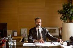 Ανώτερος επιχειρηματίας που εργάζεται στο lap-top στο σύγχρονο γραφείο Στοκ Εικόνες