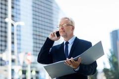 Ανώτερος επιχειρηματίας που καλεί το smartphone στην πόλη Στοκ εικόνες με δικαίωμα ελεύθερης χρήσης