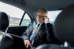Ανώτερος επιχειρηματίας που καλεί το smartphone στο αυτοκίνητο Στοκ φωτογραφίες με δικαίωμα ελεύθερης χρήσης