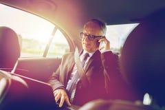 Ανώτερος επιχειρηματίας που καλεί το smartphone στο αυτοκίνητο Στοκ εικόνα με δικαίωμα ελεύθερης χρήσης