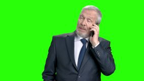 Ανώτερος επιχειρηματίας που μιλά στο κινητό τηλέφωνο απόθεμα βίντεο