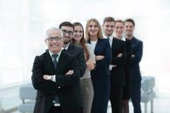 Ανώτερος επιχειρηματίας που στέκεται μπροστά από την επιχειρησιακή ομάδα του Στοκ φωτογραφίες με δικαίωμα ελεύθερης χρήσης