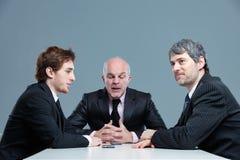 Ανώτερος επιχειρηματίας που τρυπά τους συναδέλφους του στοκ εικόνα με δικαίωμα ελεύθερης χρήσης