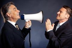 Ανώτερος επιχειρηματίας που φωνάζει στον υπάλληλό του Στοκ Φωτογραφία