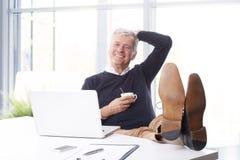 Ανώτερος επιχειρηματίας στο γραφείο Στοκ Εικόνες