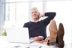 Ανώτερος επιχειρηματίας στο γραφείο Στοκ εικόνα με δικαίωμα ελεύθερης χρήσης