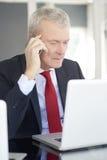 Ανώτερος επιχειρηματίας στο γραφείο Στοκ φωτογραφία με δικαίωμα ελεύθερης χρήσης