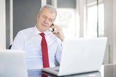 Ανώτερος επιχειρηματίας στο γραφείο Στοκ εικόνες με δικαίωμα ελεύθερης χρήσης