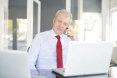 Ανώτερος επιχειρηματίας στο γραφείο Στοκ Φωτογραφία