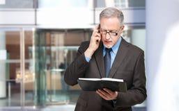 Ανώτερος επιχειρηματίας στο τηλέφωνο Στοκ Φωτογραφία