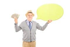 Ανώτερος ευτυχής κύριος που κρατά μια λεκτικά φυσαλίδα και τα δολάρια Στοκ φωτογραφία με δικαίωμα ελεύθερης χρήσης