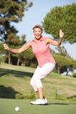 Ανώτερος θηλυκός παίκτης γκολφ στο γήπεδο του γκολφ Στοκ εικόνες με δικαίωμα ελεύθερης χρήσης
