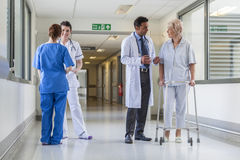 Ανώτερος θηλυκός ασθενής νοσοκόμων διαδρόμων νοσοκομείων γιατρών Στοκ εικόνες με δικαίωμα ελεύθερης χρήσης