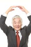 Ανώτερος ιαπωνικός επιχειρηματίας που κάνει την ΕΝΤΑΞΕΙ χειρονομία Στοκ Εικόνα