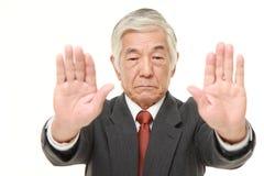 Ανώτερος ιαπωνικός επιχειρηματίας που κάνει τη χειρονομία στάσεων Στοκ φωτογραφία με δικαίωμα ελεύθερης χρήσης