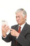 Ανώτερος ιαπωνικός επιχειρηματίας που χρησιμοποιεί τον υπολογιστή ταμπλετών που φαίνεται συγκεχυμένο Στοκ Εικόνα